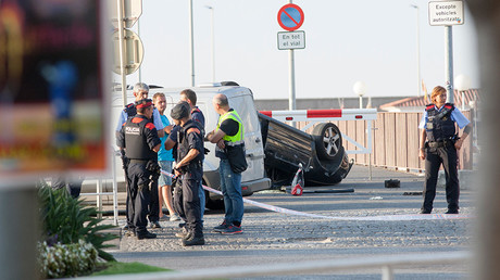 Police officers speaking next to a rolled over car at the location where police shot dead five terrorists in Cambrils, Spain, 18 August 2017 © Tjerk Van Der Meulen / Global Look Press