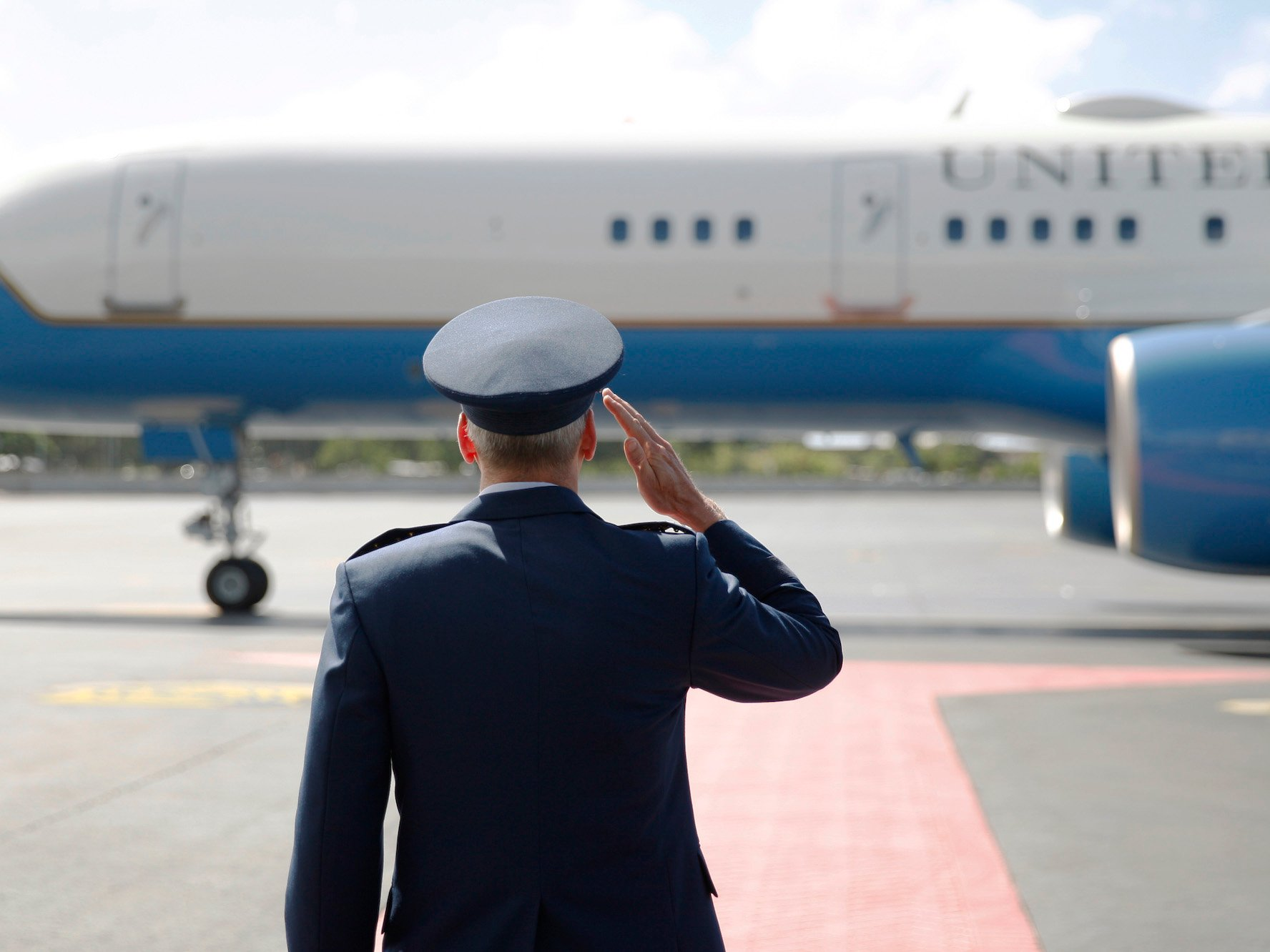 airforce commander salutes