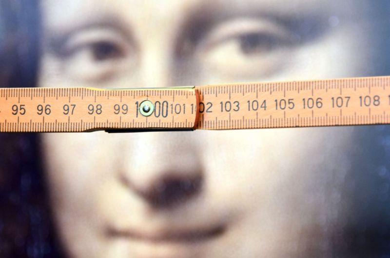 Researchers at Bielefeld University in Germany used folding rulers for measurement to test the effect. Study participants indicated the number they thought <em>Mona Lisa</em>'s gaze was directed at.
