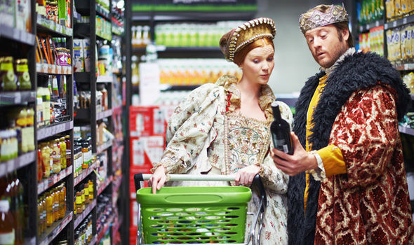 A King and Queen looking at a bottle of wine in a shop