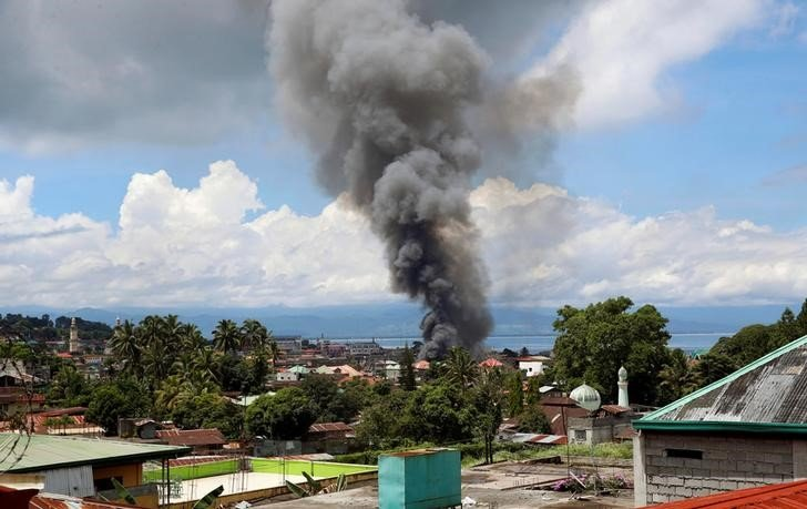 Smoke from burning houses  is pictured in Marawi City due to fighting between government soldiers and the Maute militant group, in southern Philippines May 27, 2017. REUTERS/Erik De Castro